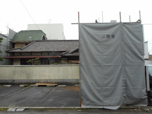 解体工事の際、騒音や飛散防止のための養生足場組状況